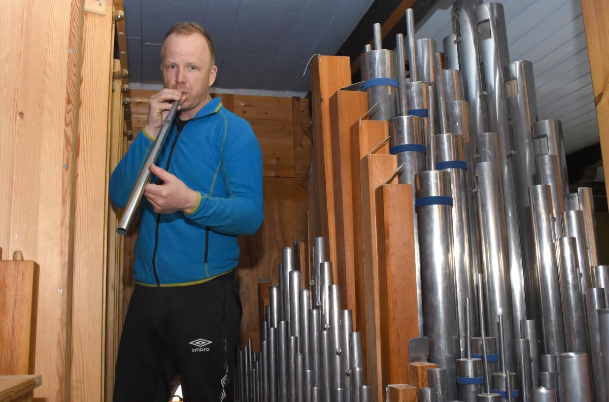 Espen Selbæk er i full gang med reparasjon av orgelet i Todalen kyrkje. Det skal bli godt som nytt, lovar han!  Foto: Jon Olav Ørsal