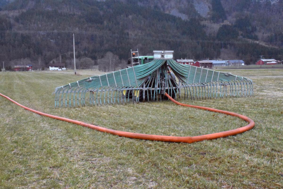 Slangespreiing av  husdyrgjødsel har mange fordeler og sparer miljøet.  Foto: Jon Olav Ørsal