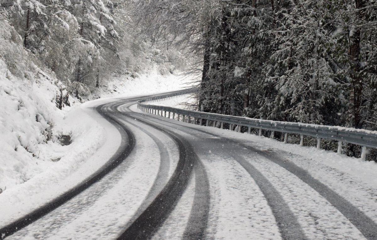 Sørpeføre - har du lagt om til sommardekk er det lurt å la bilen stå!.  Foto: Jon Olav Ørsal