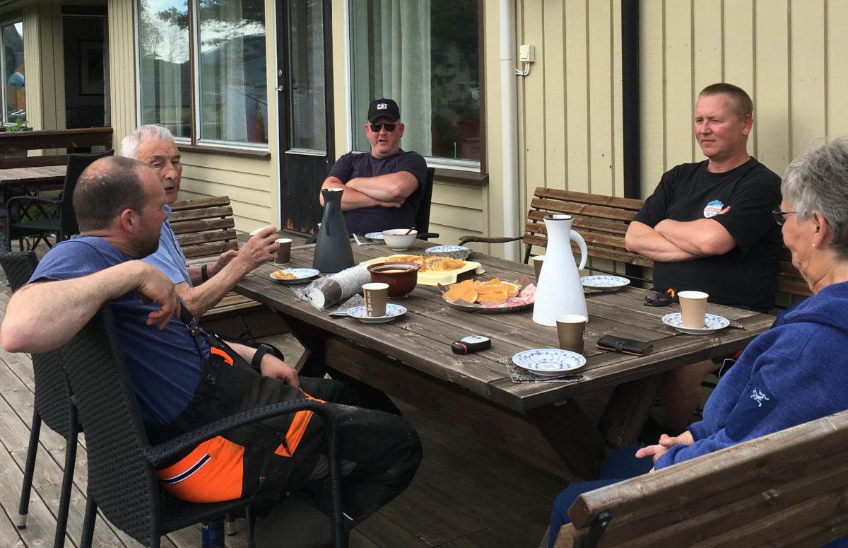 Kaffelag - frå venstre Håvard Halset, Eilert Kjølstad, Willy Heimlund, Michal Heimlund og Synnøve Talgø. Foto: JGØ