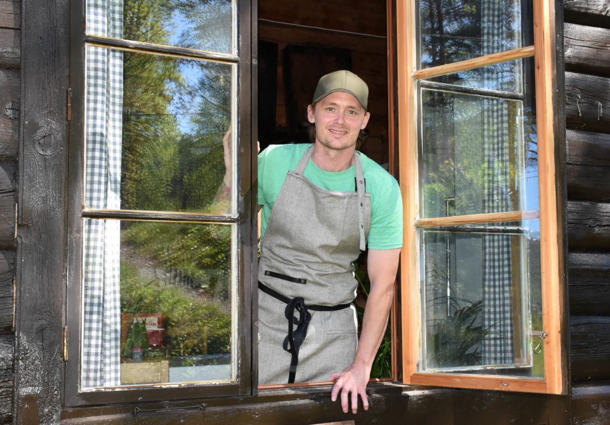 Stian Evensen  er klar på kjøkkenet - foto: Jon Olav Ørsal