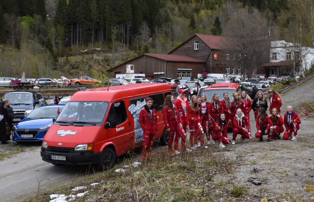 Endeleg kom russen i gang med russefeiringa - i biltoget i Todalen fikk dei danne teten i år.  Foto: Jon Olav Ørsal
