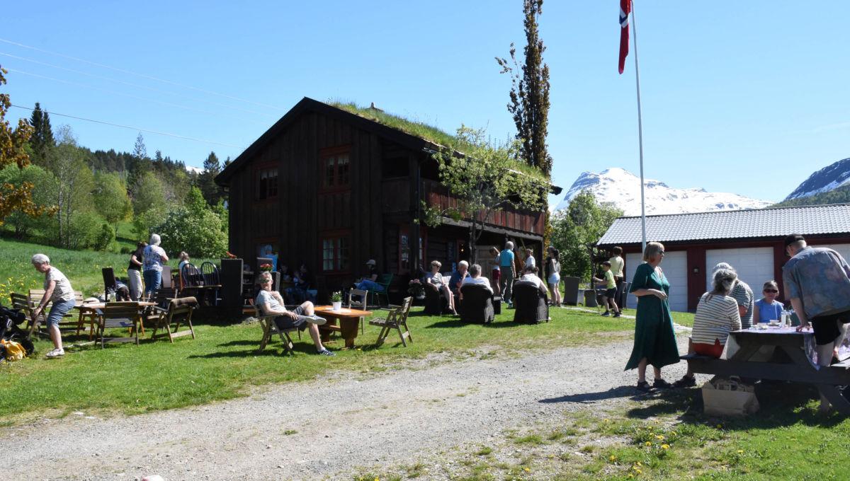Besøkande kosa seg i tunet på Slettnesset denne søndagen.  Foto: Jon Olav Ørsal