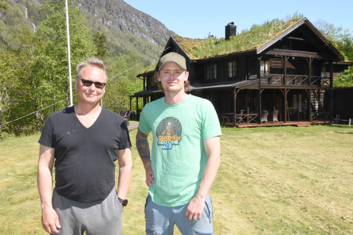 Far og son - Arve og Stian Evensen framfor Todalshytta - måndag opnar Todalshytta.  Foto: Jon Olav Ørsal