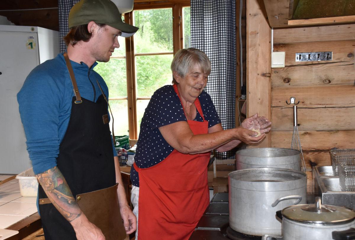 Åse delte sin spisskompetanse med Stian som denne dagen var lærevillig kokk.  Foto: Jon Olav Ørsal