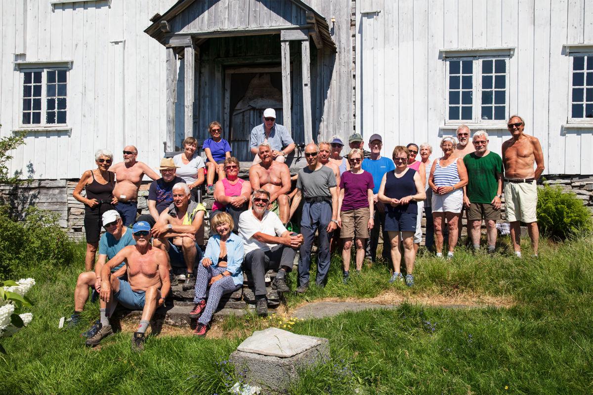 Heile gjengen samla framfor husa i Trodalen.  Foto: Anne Vognild Einum