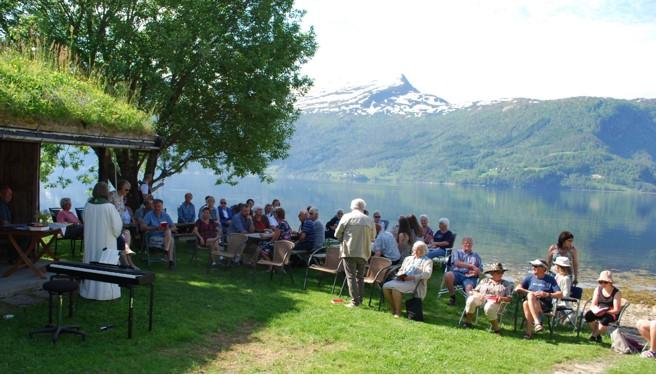 Godt og trivelig med gudstjeneste ute i naturen. Foto: Sverre K.