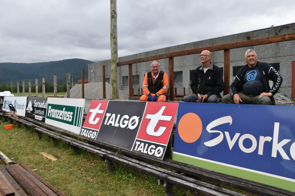 Anleggskomiteen monterer skilt for å profilere sponsorane til todalen I.L.  Frå vestre Lars Stensby, Einar Husby og Anders Todalshaug.  Foto: Jon Olav Ørsal