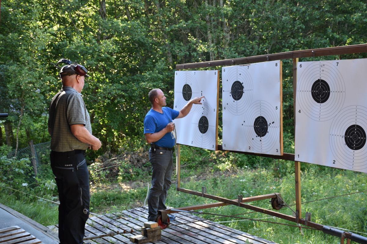 Prøveskyting - John Arve Haugen leiar skytinga, medan Bjørn Kvendset sørga for innskyting av jaktrifla.  Foto: Jon Olav Ørsal