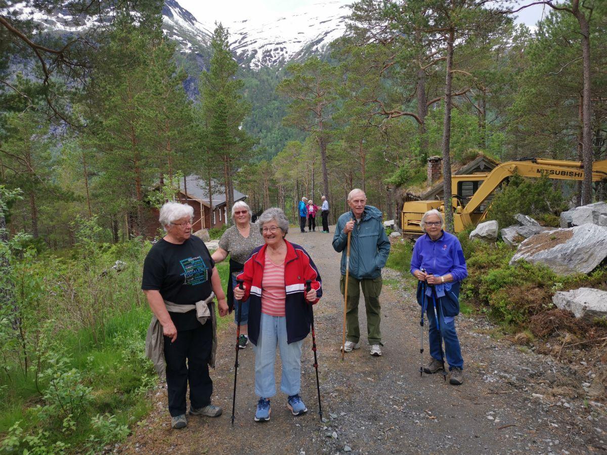 Et knippe med kjentfolk som var med - fra venstre Randi Sogge, Torunn Nordvik , may Elisabeth Holten, tor Holten og Sigrun Ørsal.  Foto: Bitten Ranes
