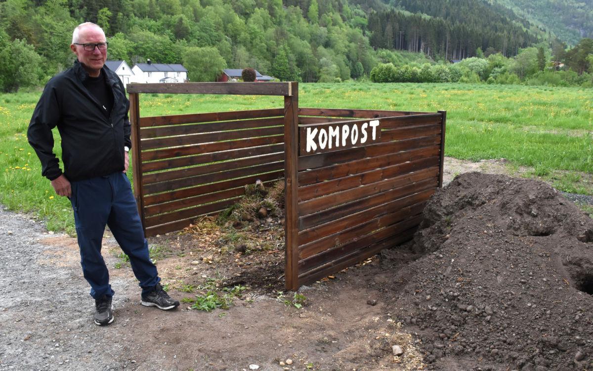 Kompostbinge på kyrkjegarden - her kan du kaste organisk avfall som kan bli til jord igjen., fortel leiar i soknerådet Kristian Gjeldnes  Foto: Jon Olav Ørsal