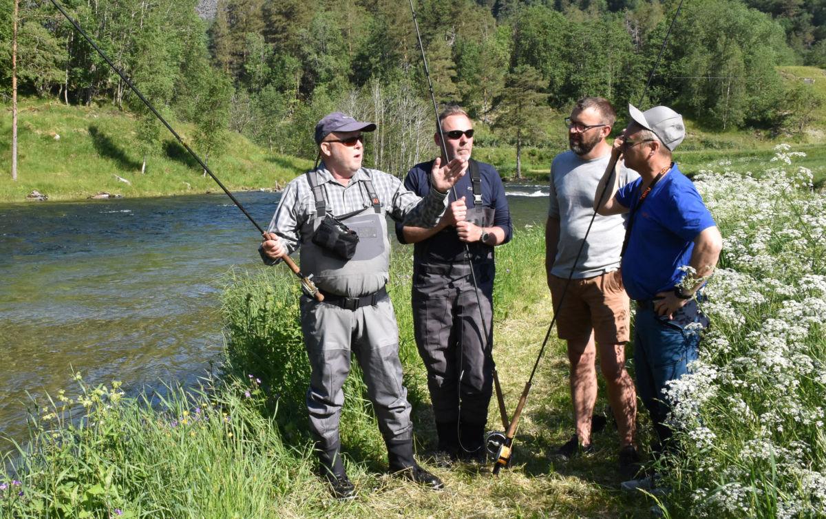 Så stor var den - minst 15 kg fortalte Michael  Beck-hansen til Per Pedersen, Henrik Bønnelykke og Arve Evensen.  Foto: Jon Olav Ørsal