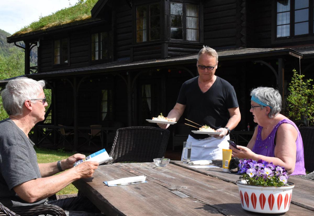 Travel dag på Todalshytta i dag - her er det Oddmund Johannessen og Solveig Bjørset fra Fannrem som blir servert av Arve Evensen.  Foto: Jon Olav Ørsal