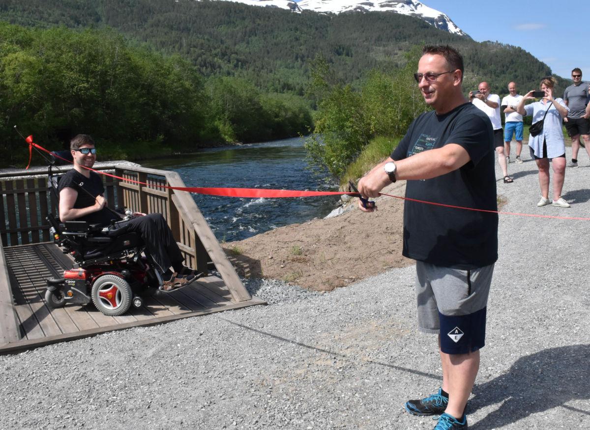 Stig Husby fikk æra av å klippe snara i samarbeid med Eirik Halle.   Foto Jon Olav Ørsal