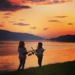 Søstrene  Tuva  og  Frida  prøver  fiskelykken