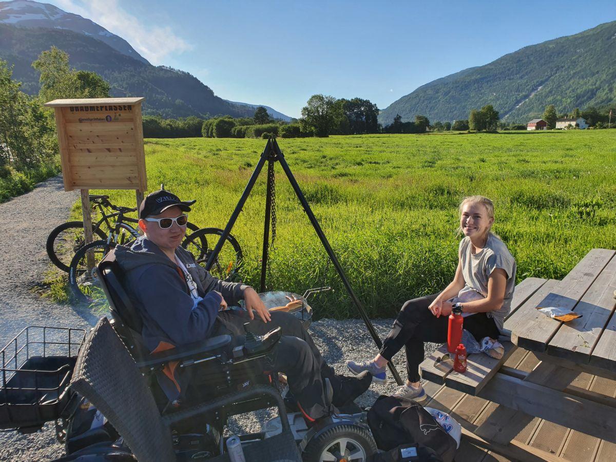 John Inge Bævre Sollid og Mari Gjul besøkte turstien for første gong. Foto BG Ansnes