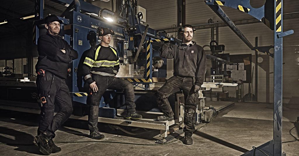 Talgø Bygg er totalt 30 ansatte som jobber i elementproduksjonen, her representert ved: Ove Rodal, formann, Ola Bæverfjord, lærling og Jan Tore Røen, tømrer. Foto: Talgø Bygg/Lediard Foto