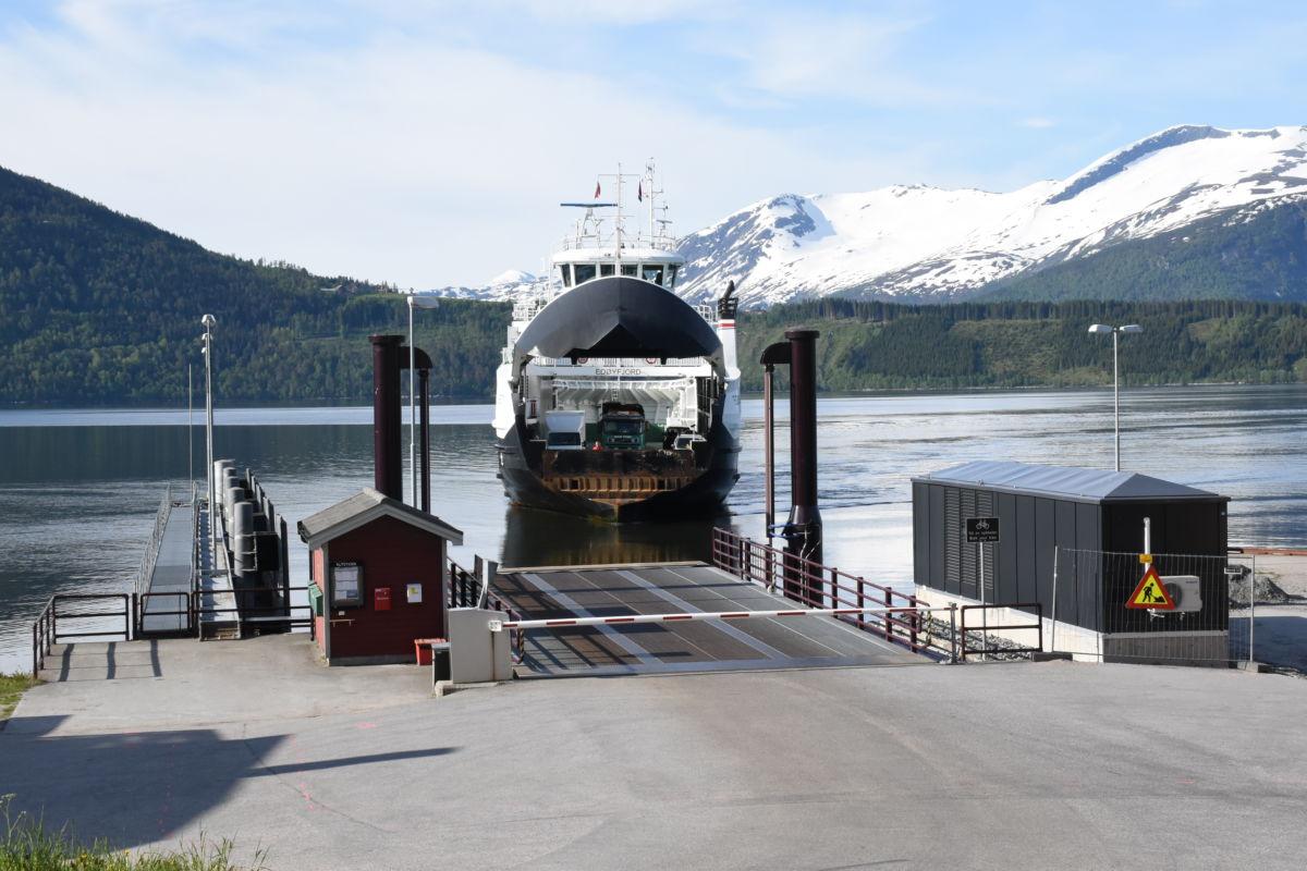 Edøyfjord legg til kai på Kvanne.  Foto: Jon Olav Ørsal