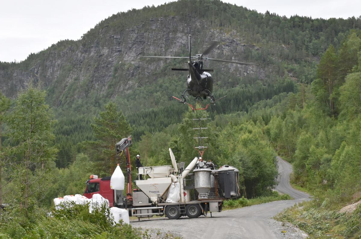 Helikopteret hadde base på skogsvegen i Øyalia.  Foto: Jon Olav Ørsal