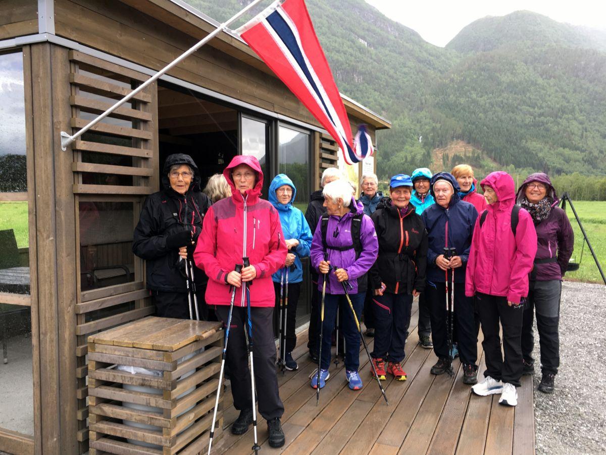 Kløverturen frå Halsa ved gapahuken ved Båthølen. Foto: Marit S S