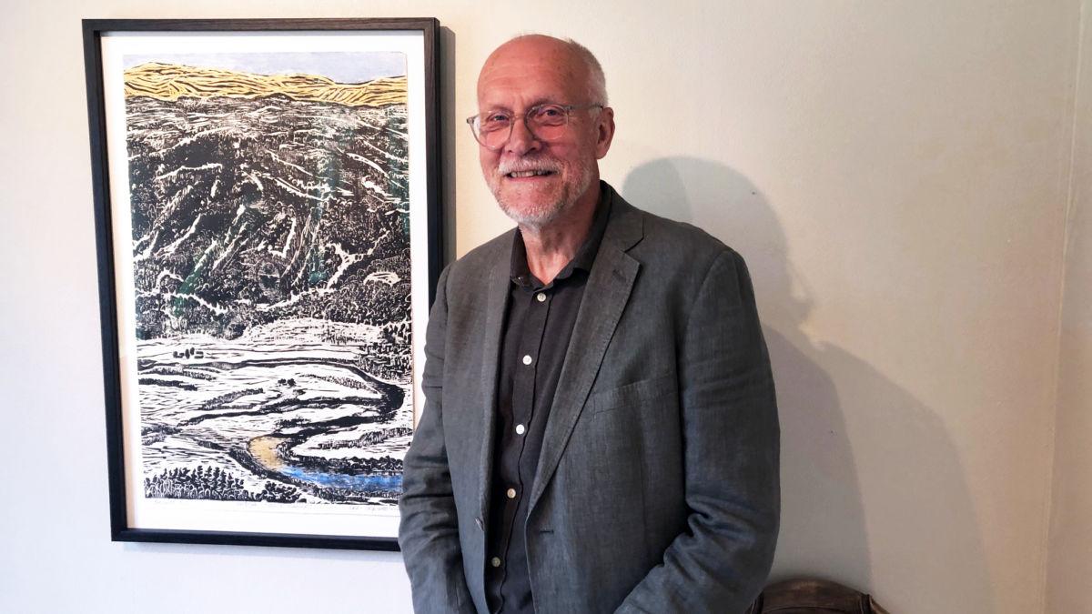 Odd Inge Skrøvseth opna kunstutstilling søndag. Her ved bilde