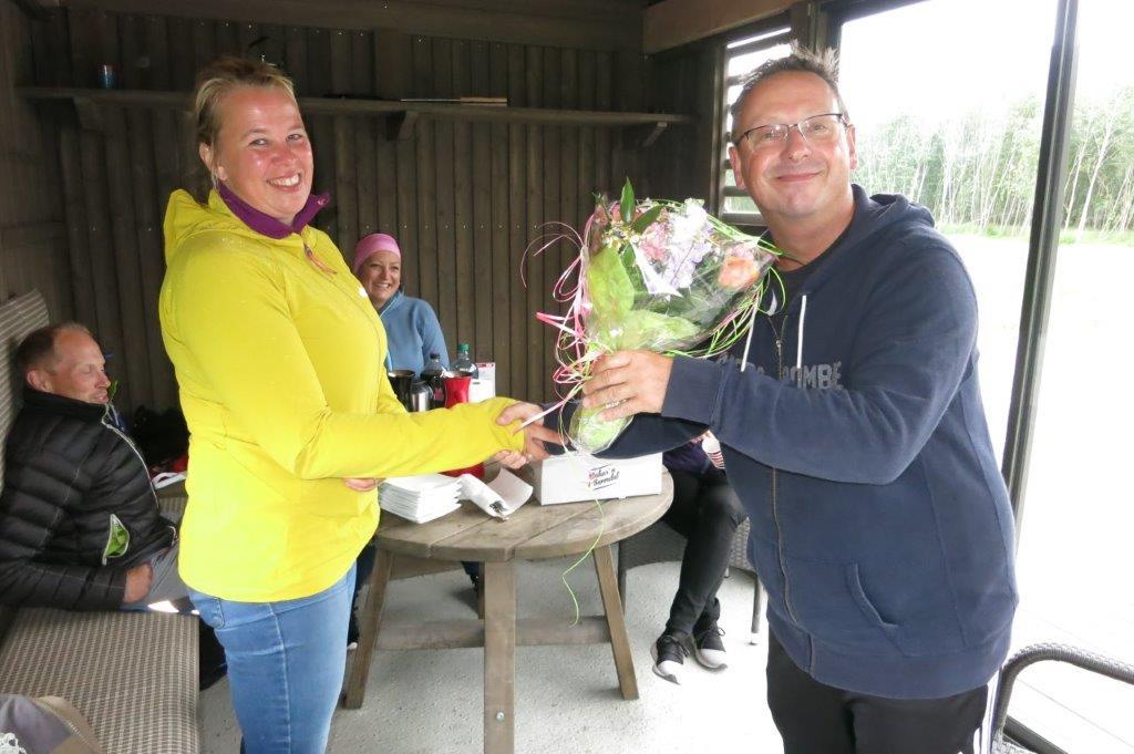 Styreleiar Stig Husby overrekte blomster og stor takk til Ellinor, som no gir seg som redaktør i Todalen.no etter 11 år.  Foto: Jon Olav Ørsal