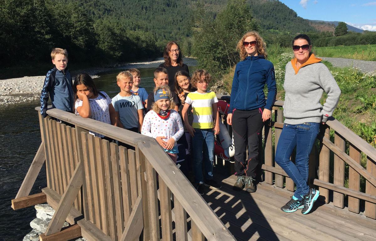 1.-4. klasse har uteundervisning kvar torsdag. I dag gikk turen til Båthølen og Todalen tursti, der dei hadde litt oppgåver på turen.  Her er dei fleste samla