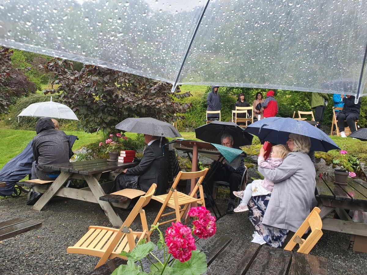 Regnvêret gjorde det naudsynt med pause i gudstenesta.  Foto_ Bjørn Gunnar Ansnes
