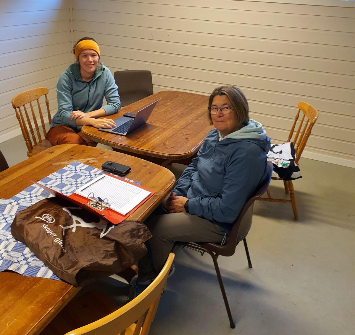 Oda Halle og Jenny Stensby frå styret i Todalen idrettslag. Foto: BGA