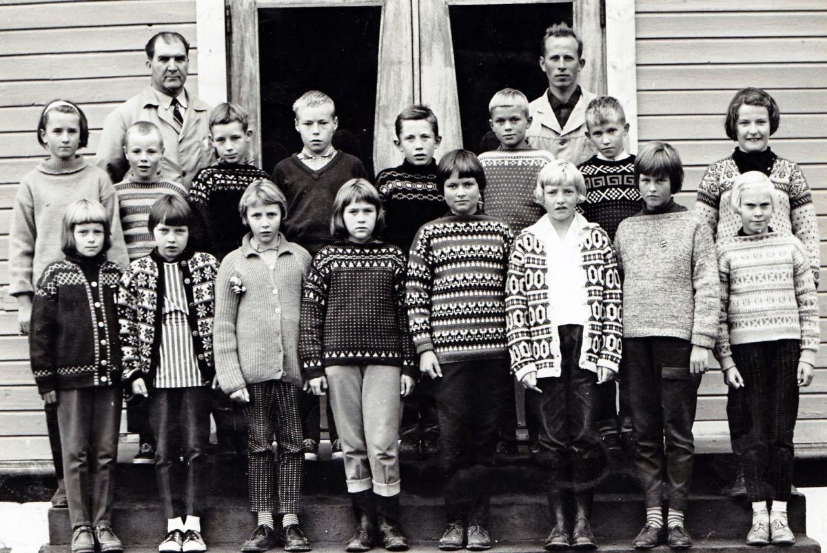 Klassebilde - 3 og 4 klasse ved Todalen skule i skuleåret 1965 - 1966.