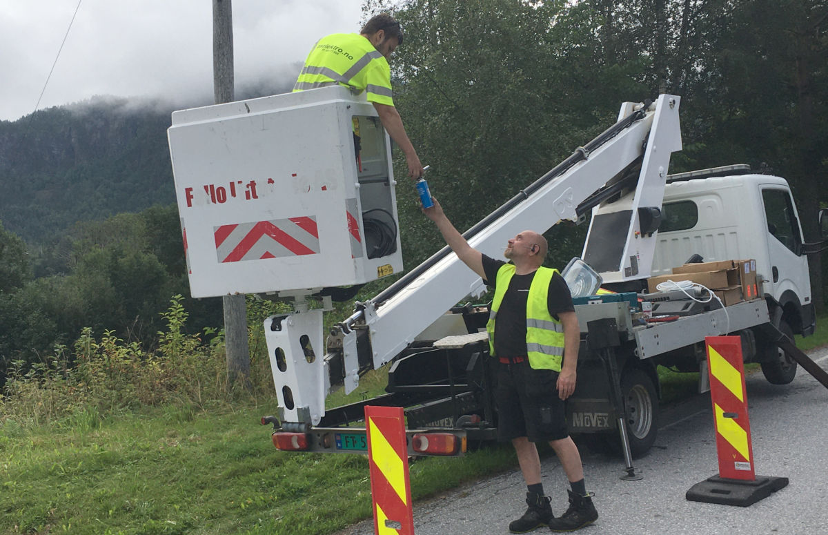 Med lift er det enkelt å utføre slikt arbeid, seier John Myrvang og Vebjørn Sætherbø Skei frå AS Elektro.  Foto: Jon Olav Ørsal