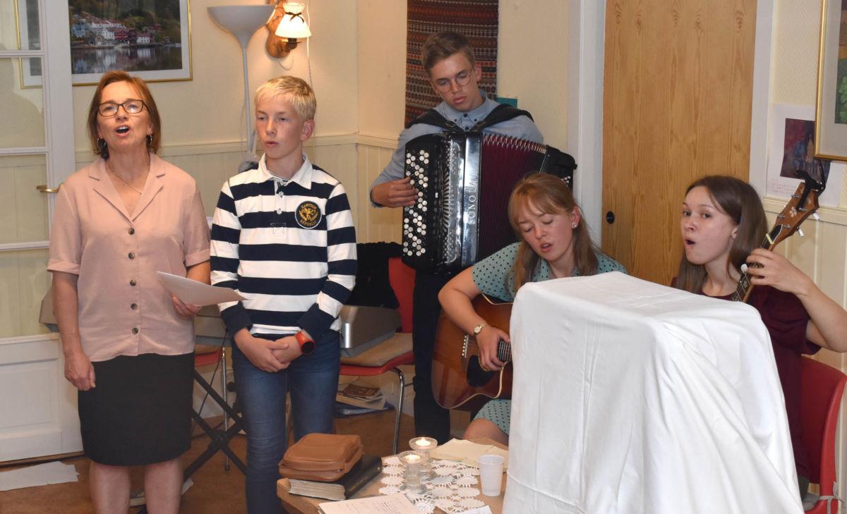 Aldri stille hos oss - frå venstre Randi, Alfred, Hallvard, Bodil og Sigrid.  Foto: Jon Olav Ørsal