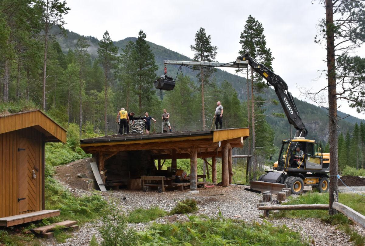 Her blir det tak på gapahuken på Tjønnmyra. Per gjldnes  frå Gjeldnes Maskin sørger for å løfte jord oppå taket.   Foto: Jon Olav Ørsal