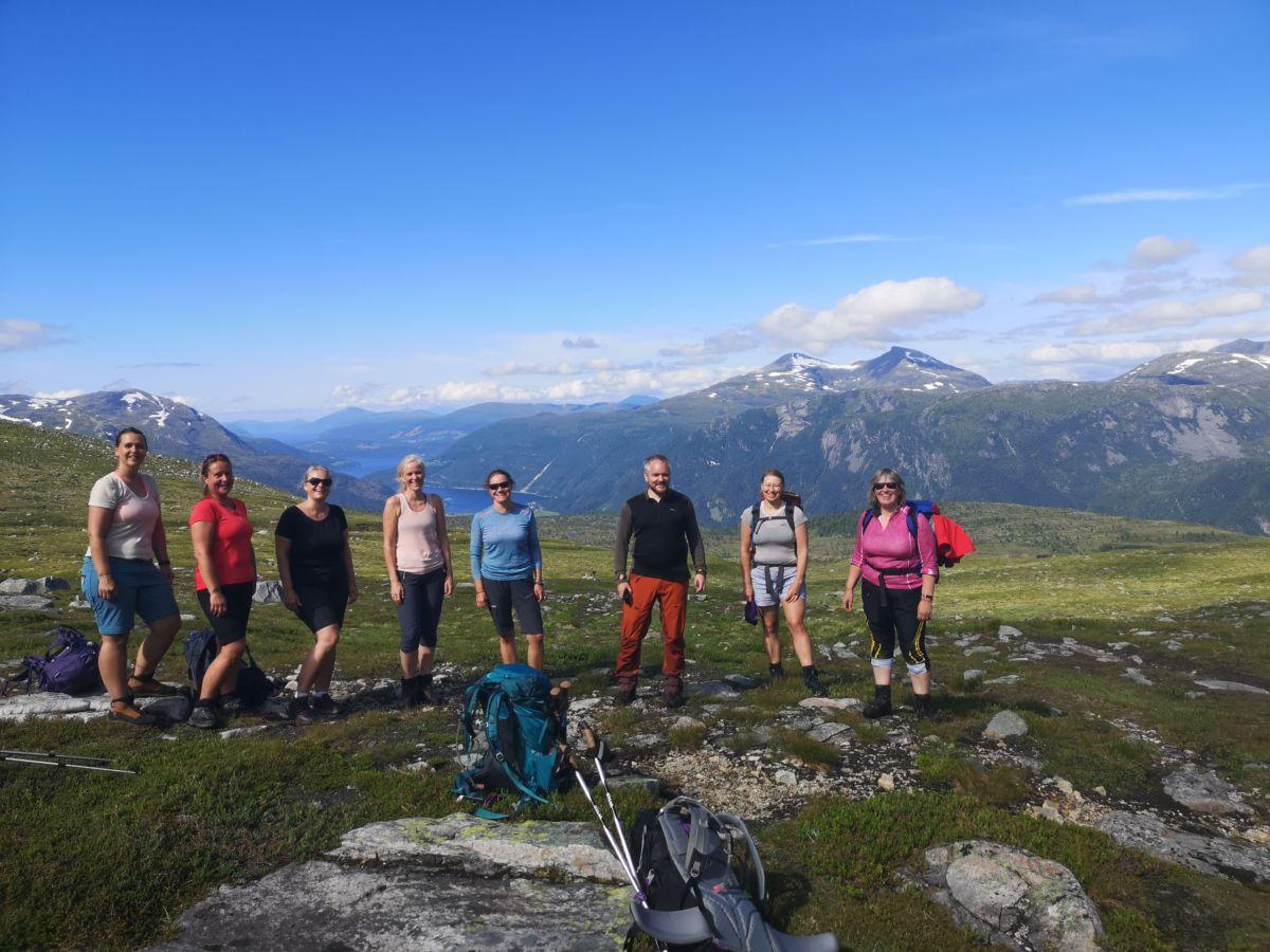 Turdeltakarane på fellesturen til Innerdalen. I bakgrunnen Sulene og Todalsfjorden. Foto: Roar Halten.