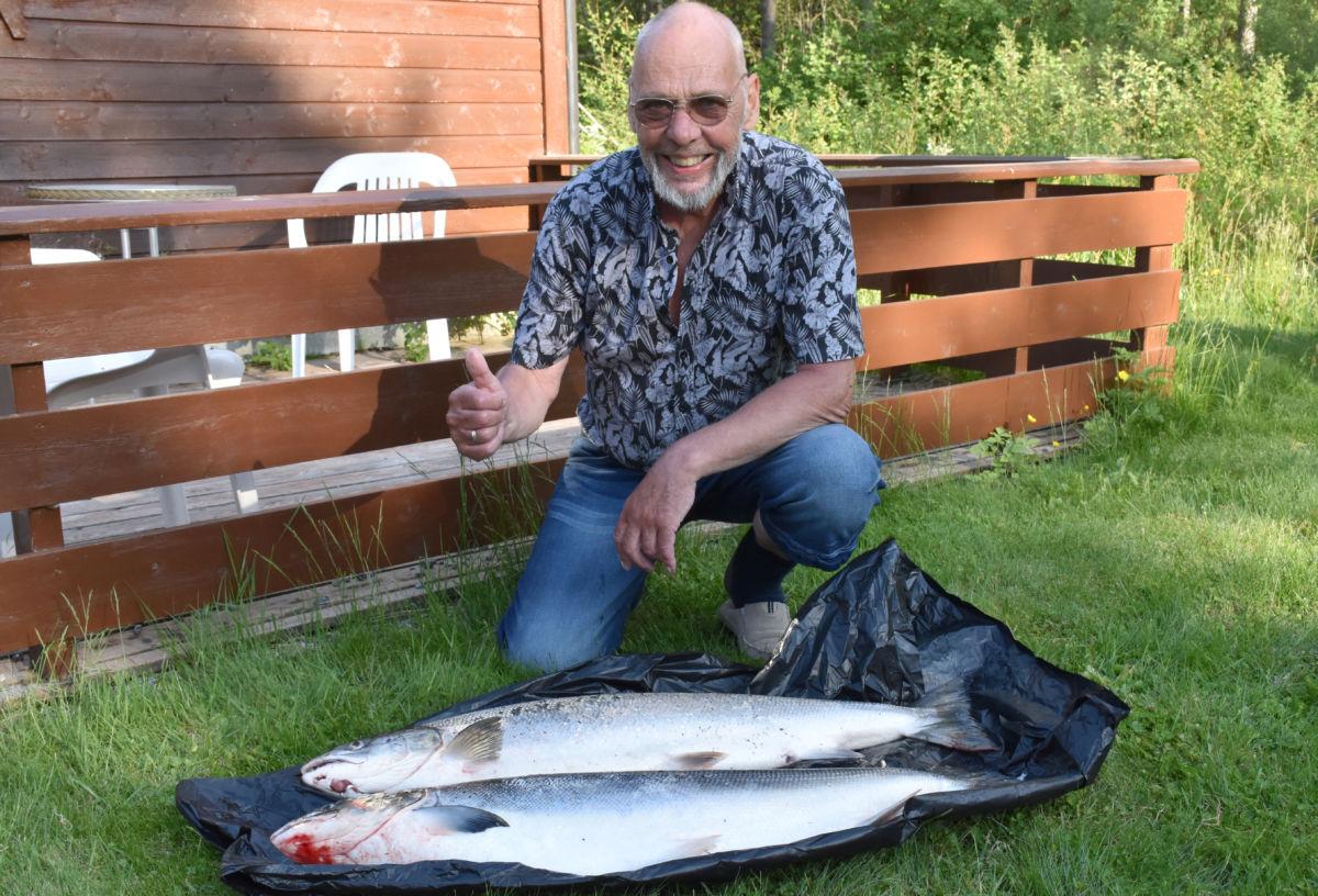 2 store laksar med nokre minutts mellomrom - vekta viste 9,75 og 8,4 kg.  arkivfoto: Jon Olav Ørsal