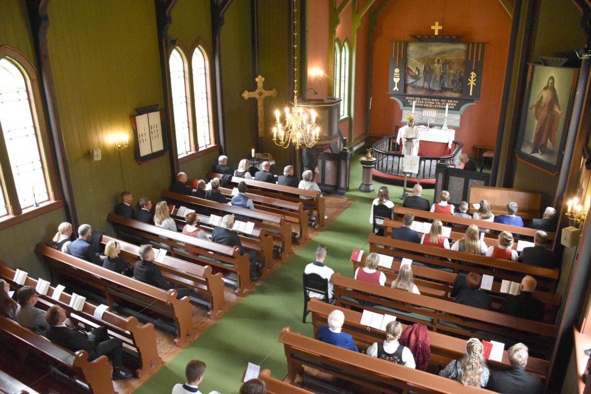 med folk på annakvar rad og med handheving av 1-metersregelen fyltes kyrkja fort.  Foto: Jon Olav Ørsal