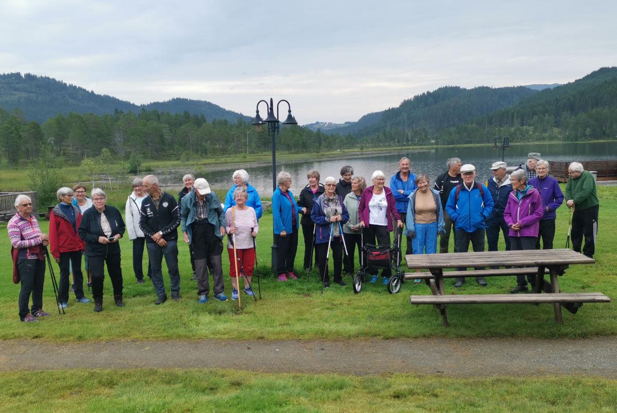 Bra deltagelse på høstsesongens første stavgangtur  som gikk til Igltjønna.  Foto: Bitten Ranes