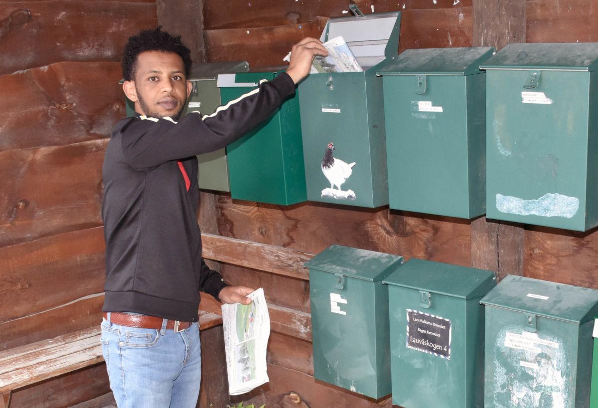 Tedros Haile Issak sørger for at vi får avisene i postkassen kvar laurdag.  Foto: Jon Olav Ørsal