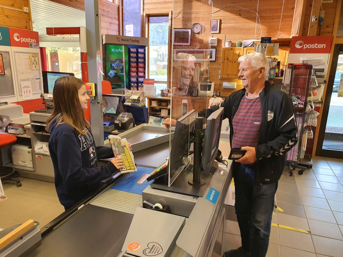 Gudmund I. Kvendset kjøper avis av Vanja T. Brøske. Foto: B G Ansnes