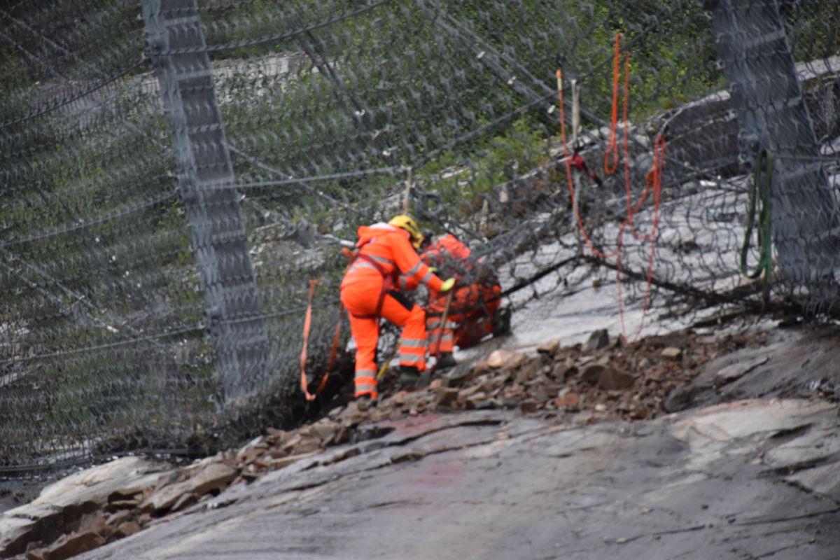 Rensar nettet for stein og busker  - klar for ny vinter!  Foto: Jon Olav Ørsal