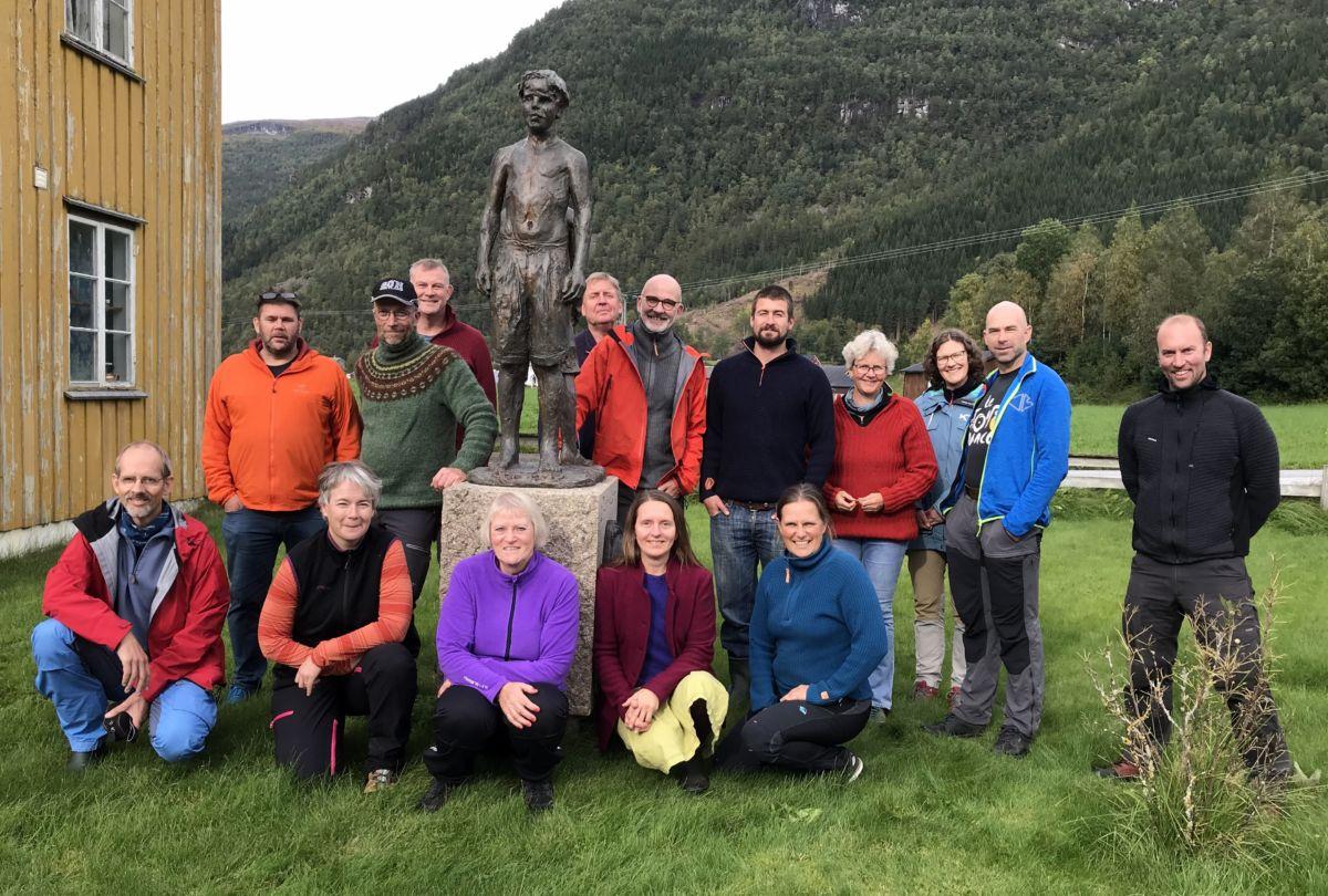 Her er dei tilsette ved NIBIO i lag med Vangsgutane ved Skulstuå i Todalen.  Foto: Dordi J H