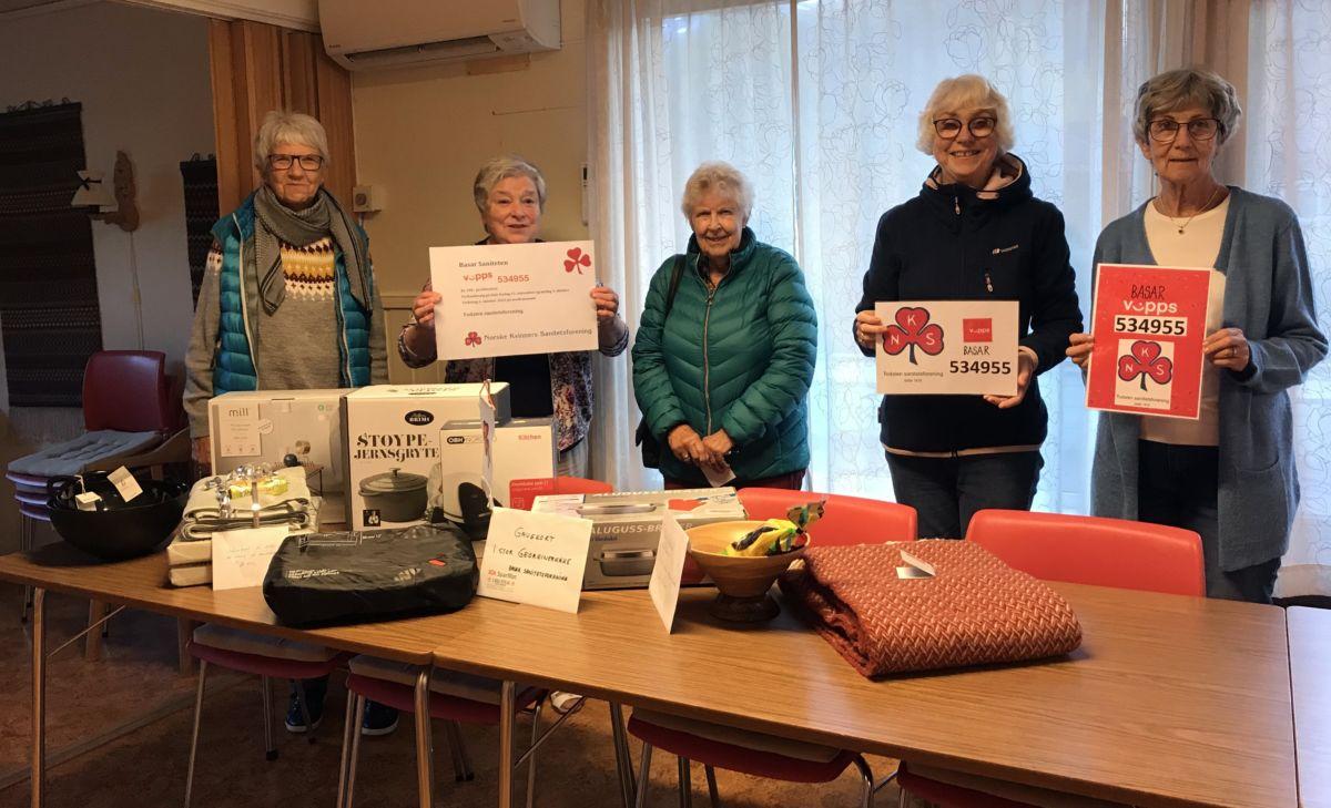 Sanitetskvinnene i Todalen inviterer til VIPPSBASR. Frå venstre: Arndis, Maren, Karen Johanne, Åse Johanne og Jorunn Gislaug. Foto: Dordi J H