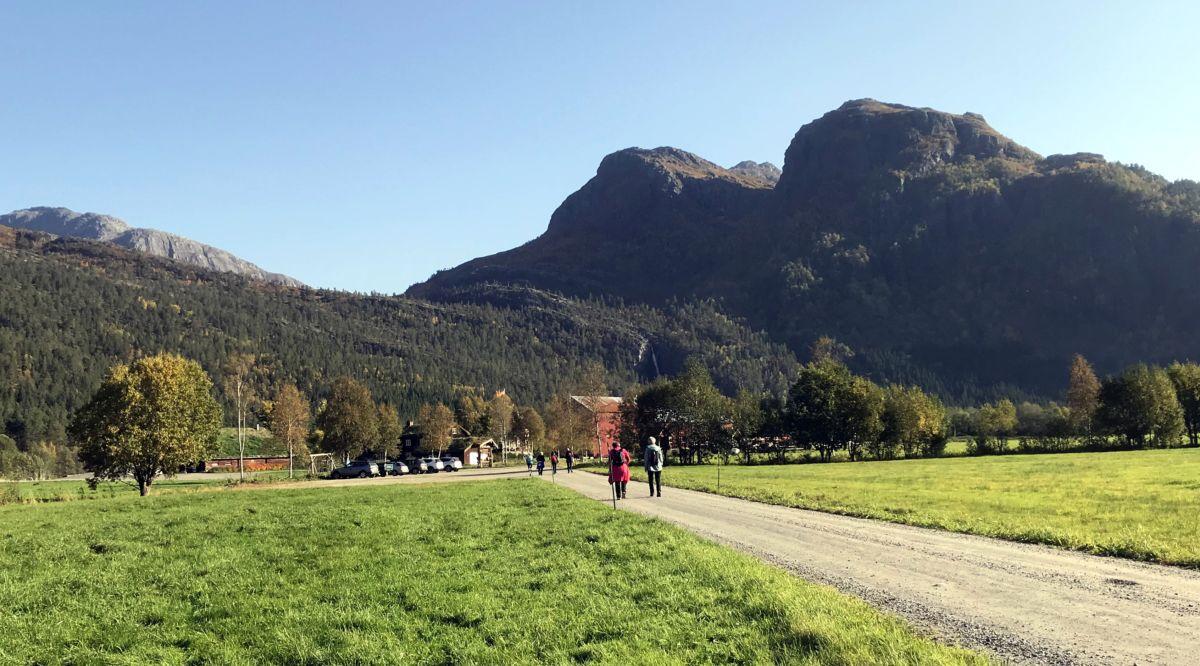 På tur innover til Kårvatn. Knubbane i bakgrunnen. Foto: Dordi J H