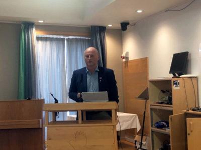 Skal kommunen gi retning for næringslivet, eller berre følgje på som støttespelar, spurte kommunedirektør Knut Haugen frå talarstolen. Eit svært relevant spørsmål.