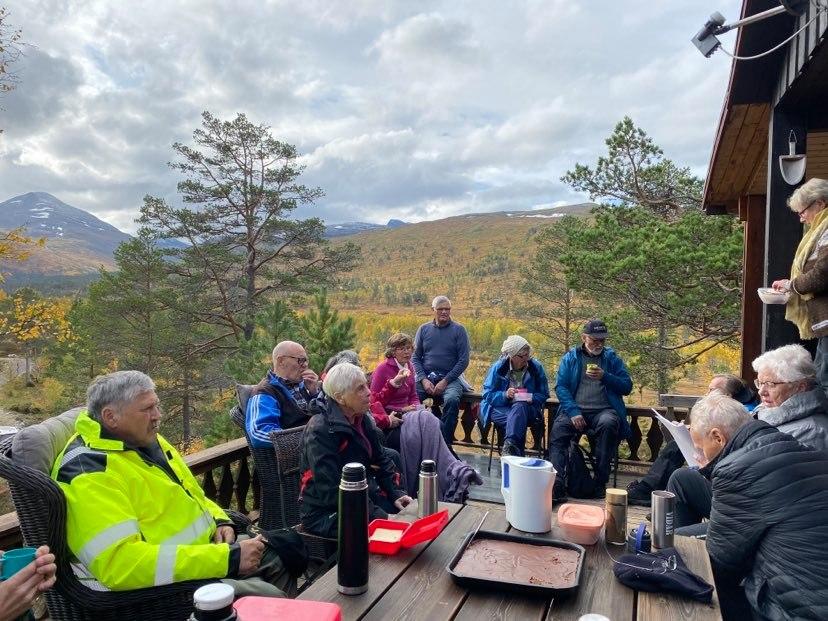 Kaffekos på hytteterassen til Reidun og Ola Halle.  Foto: Helge Røv