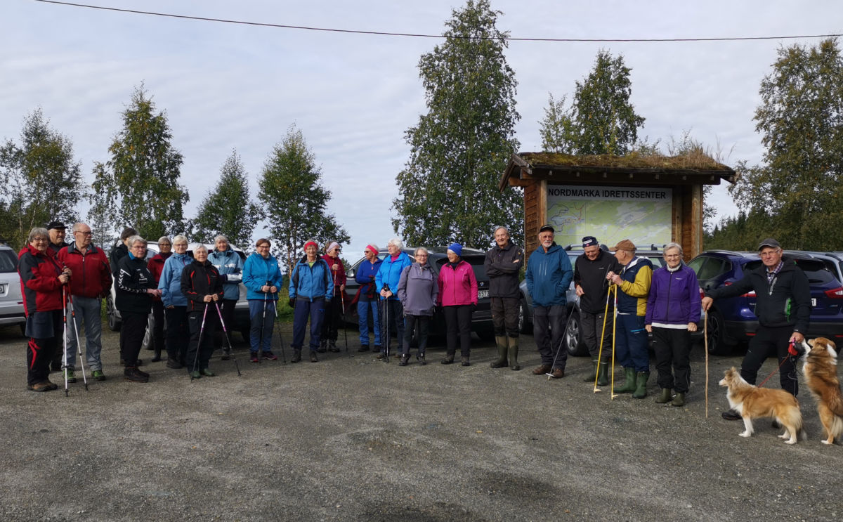 Heile gjengen samla til fotografering ved Skisentret på Nordmarka.  Foto: Bitten Ranes