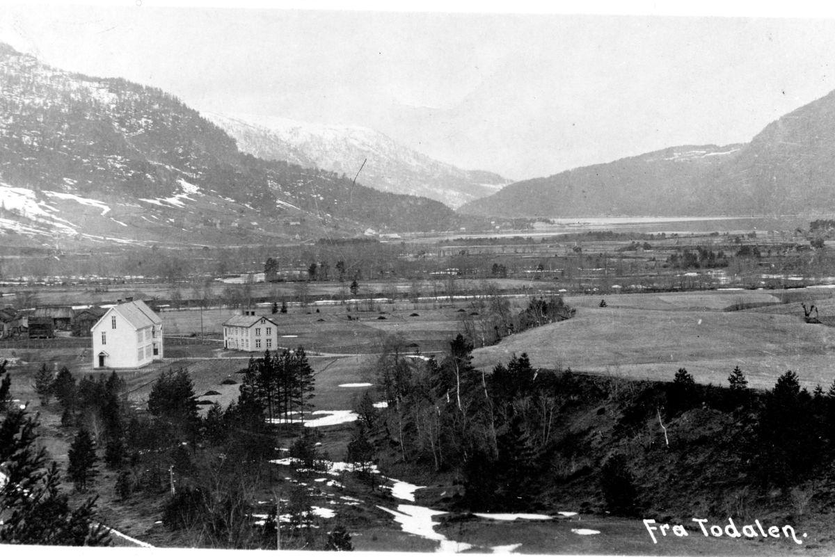 Todalen skule og området rundt på 1920-talet. Fotoeigar: Lars Johan Redalen.