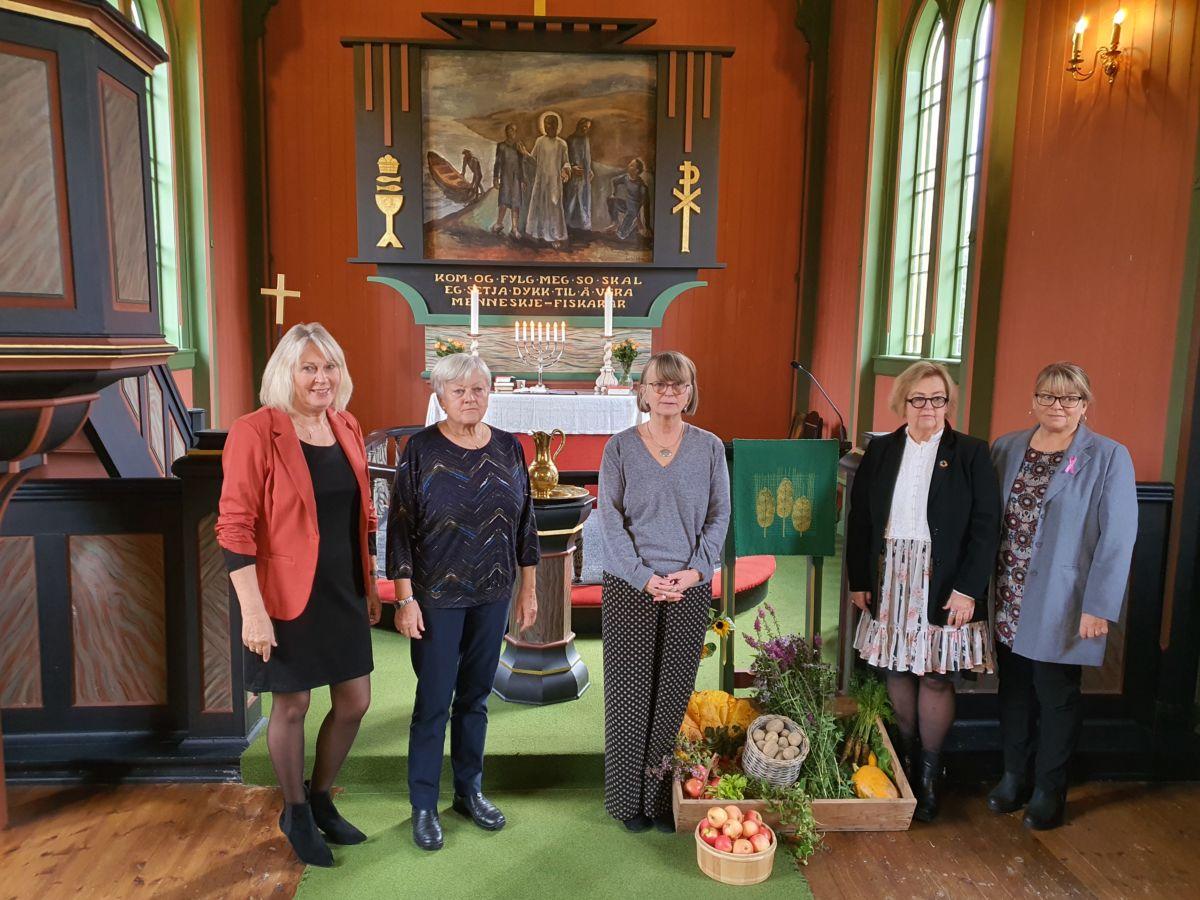 F.v. Anne Kristine Bævre, Helga Nordvik, sokneprest Kristin Strand, Ragnhild A. Moe og Ingri Bruset. Foto: B G Ansnes