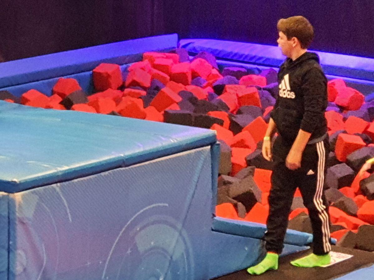 Trygve Aleksander klar for å hoppe i trampolinehallen. Foto B G Ansnes
