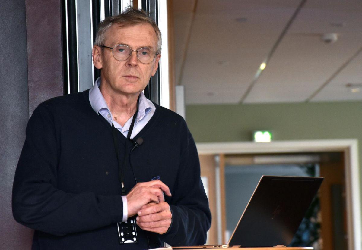 Kommunelege Bjørn Buan heldt foredrag om korleis vi skal forhalde oss til koronaviruset.  Foto: Jon Olav Ørsal